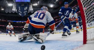 Isles' Trotz calls out refs for missed call in loss