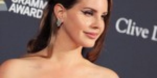 Lana Del Rey Previews New Single, Says 'Blue Banisters' Album Will Be 'Out Later Later'